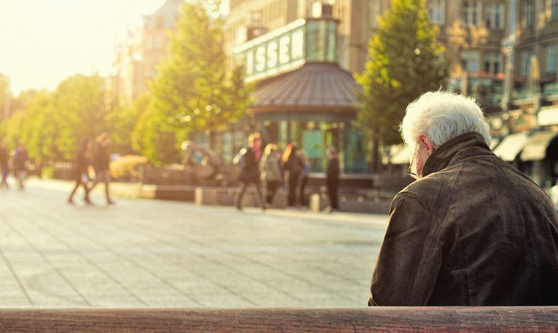 Bezsenność osób starszych - skąd się bierze i jak ją leczyć?