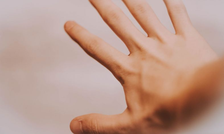 jak opanować drżenie rąk