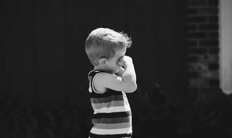 Kiedy dziecko jest nieśmiałe, a kiedy cierpi na mutyzm? Poznaj rodzaje tego zaburzenia mowy