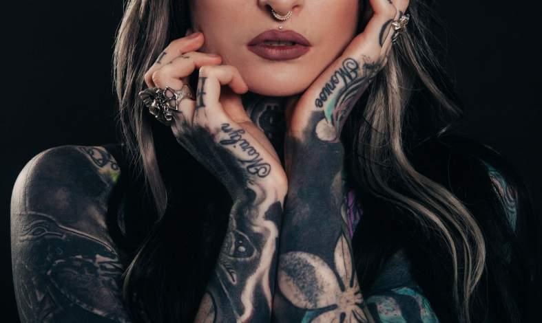 pociąg do osób z tatuażami