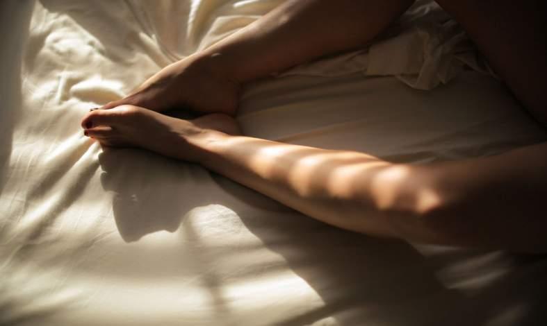 Orgazm przez zaciskanie ud? Czym jest zespół zakodowanych reakcji seksualnych?